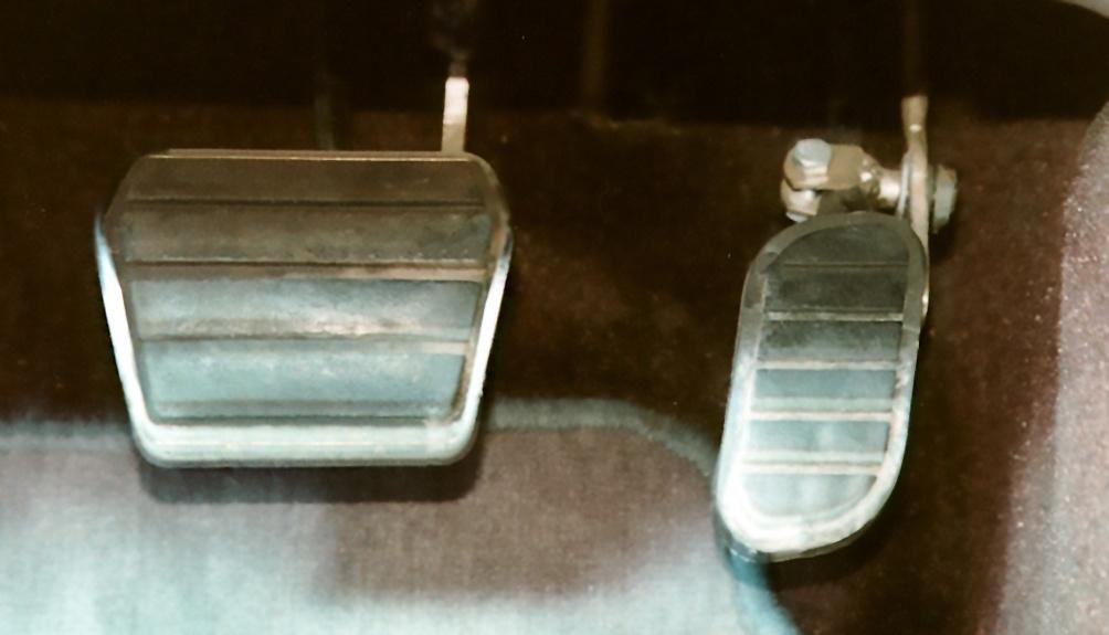 Automatik-Pkw, Pedale. Links Mitte Bremspedal, rechts Gaspedal.