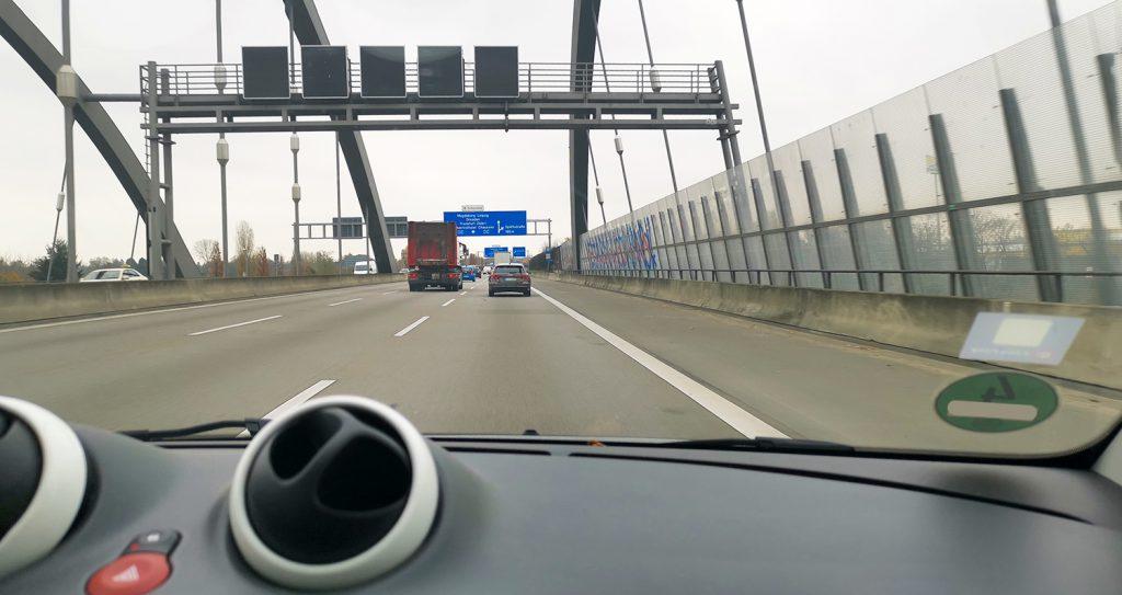 Autobahn von und nach Schönefeld. Fahrt mit einer (ehemaligen) Panikerin. Programmstufe 3. Viele Ein- und Ausfahrten.