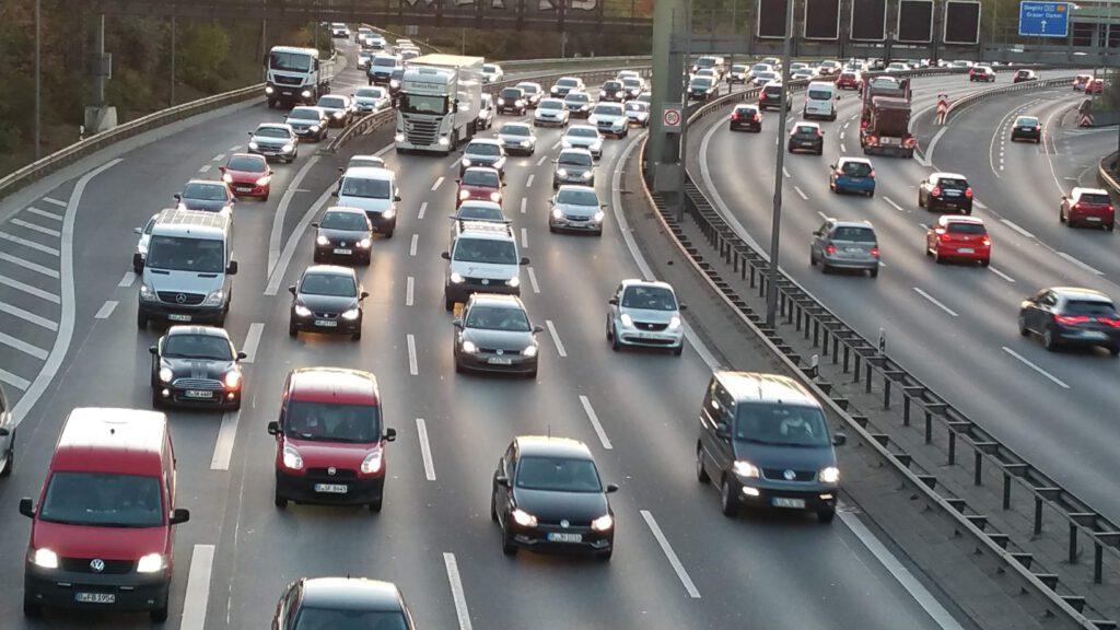 Autobahn Stau, im Feierabendverkehr. Schrittgeschwindigkeit oder Stillstand