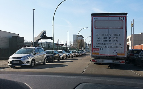 Erste Fahrt im Gewerbegebiet Neukölln. Schwierige, Angst erzeugende Situation - Vorbeifahren am Lkw in zweiter Reihe.