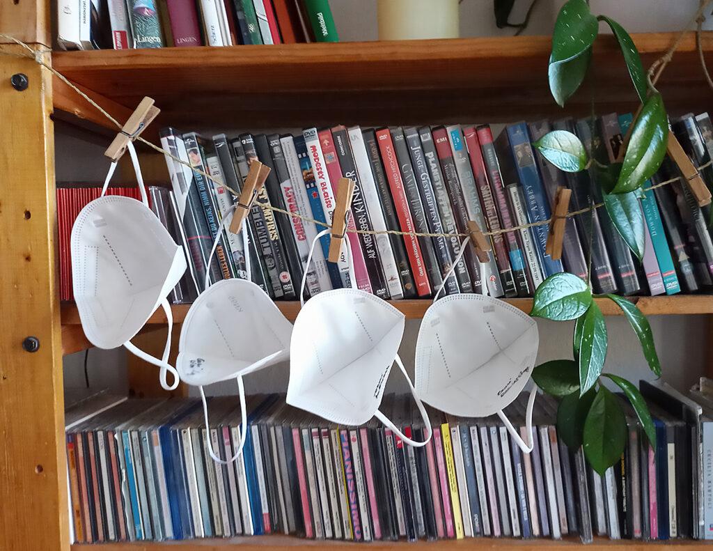 FFP2-Masken am Regal hängend, zur Wiederverwendung nach Desinfektion