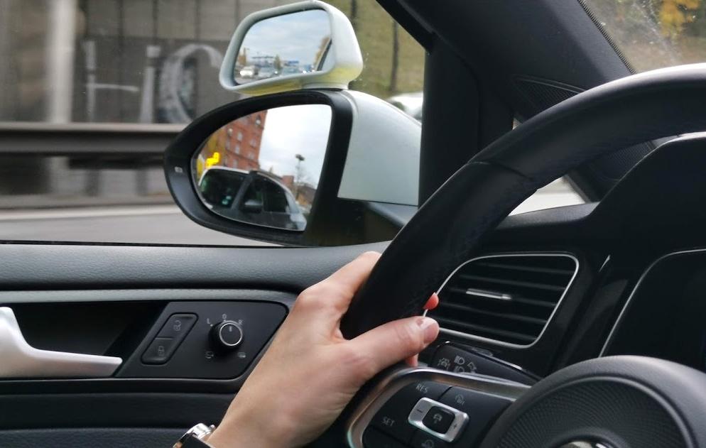 Assistent Warnung vor Fahrzeugen im toten Winkel (gelb leuchtend, hier im linken Außenspiegel).