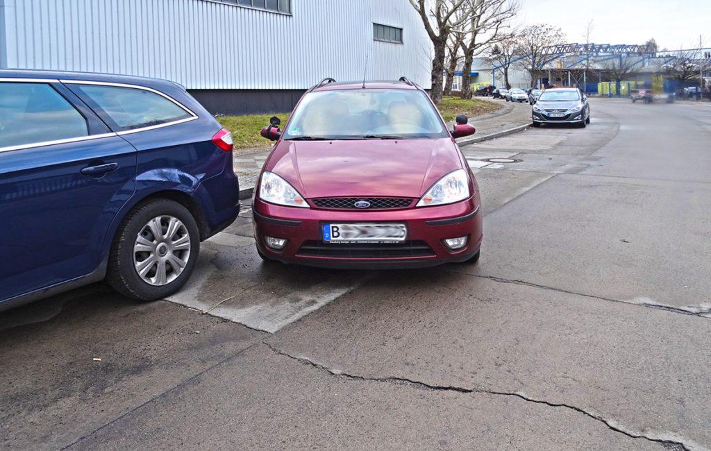 Parken rückwärts seitlich, Parklücke sehr lang. Zu früh nach rückwärts rechts gelenkt. Schlechte Stellung, Korrektur nicht möglich? Hilfen bei Angst vor dem Einparken