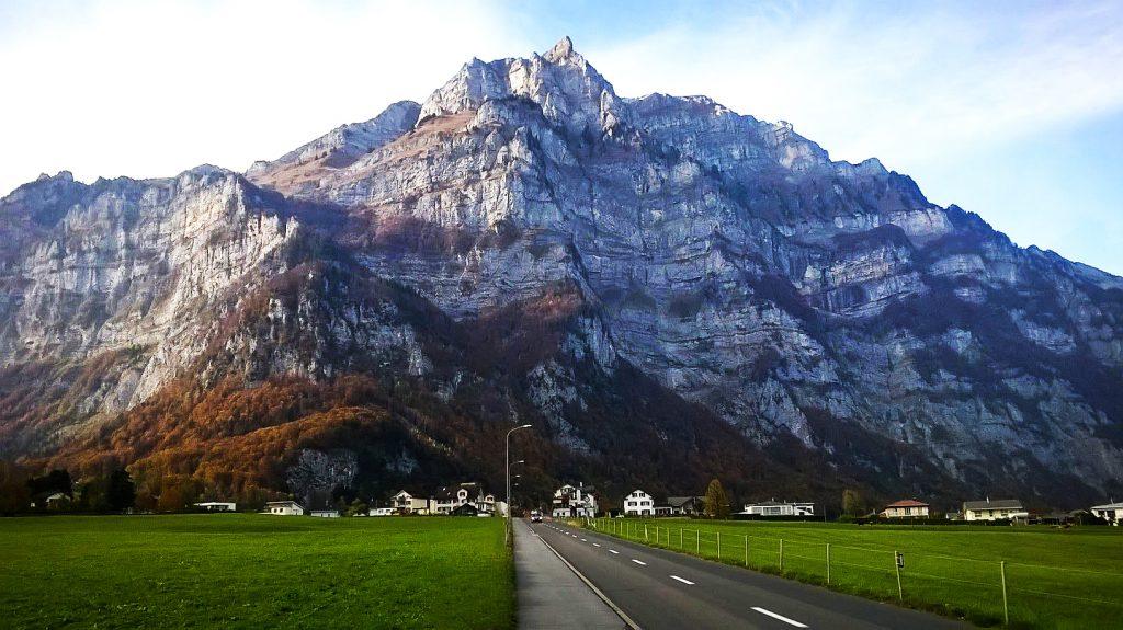 Der drohend aufragende Berg - Sinnbild für die Angst vor der Fahrprüfung.