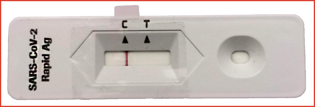Antigen-Schnelltest der Firma Roche. Teststreifen und Anzeige der Testung. Hier: Ergebnis negativ (der rote, senkrechte Strich unter dem C). T wäre positiv.