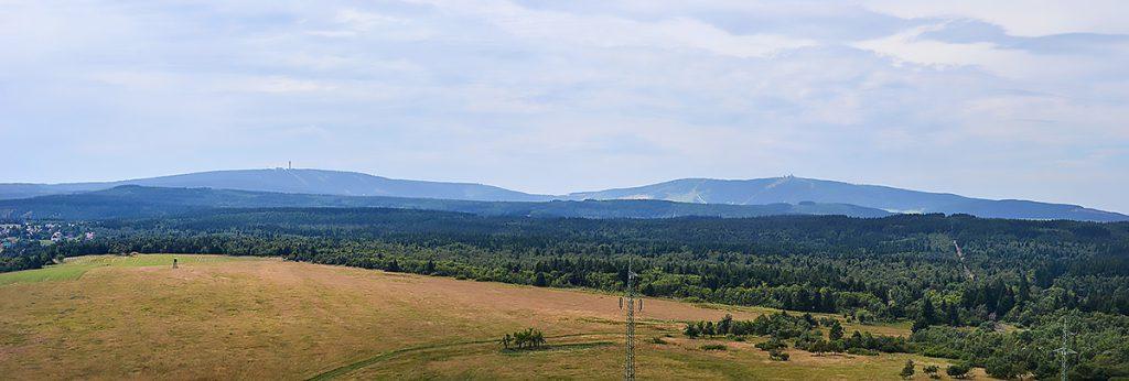 Erzgebirge, Blick auf Keilberg und Fichtelberg. Aus Wikipedia, Art. Erzgebirge, Bild freie Lizenz